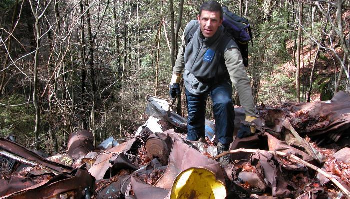 Philippe Goitschel nettoie des sites naturels pollués.