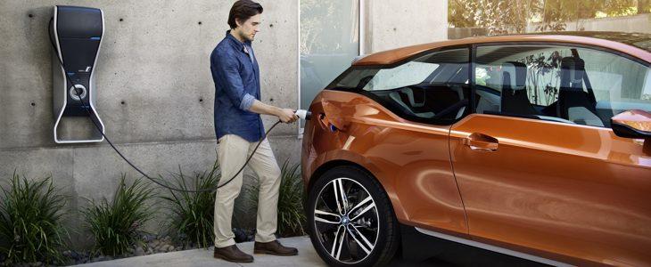 La BMW i3 se recharge également à partir d'une simple prise