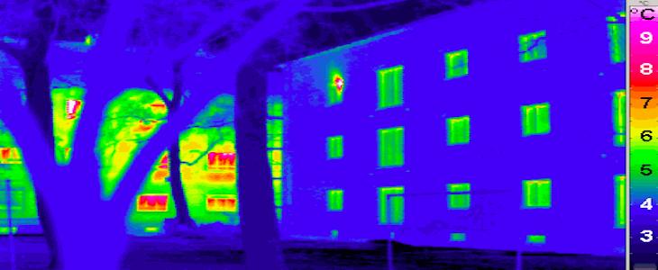 Vision thermographique de la pert de calorie d'une maison passive (premier plan) et d'une maison classique (second plan).